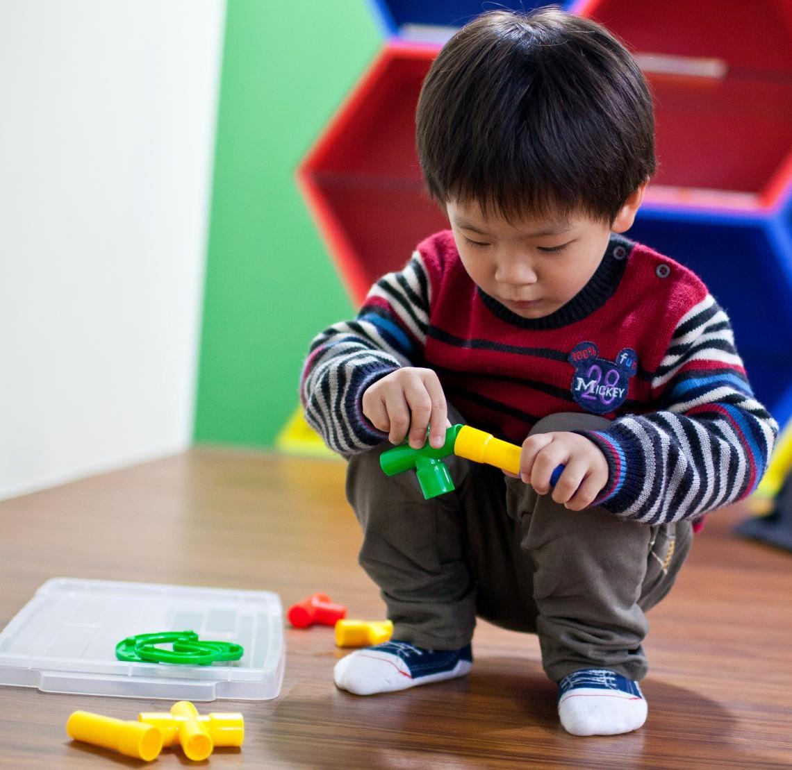 Baby toddler fine motor skills development milestones for Motor skills child development